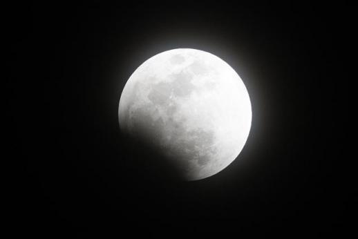 슈퍼문의 개기월식 31일 오후 서울에서 개기월식이 진행되고 있다. 이번 개기월식은 오후 8시 48분부터 달이 지구와 가까이 접근해 평소보다 크게 보이는 '슈퍼문'과 한 달에 두 번째 뜨는 보름달인 '블루문', 달이 붉게 변하는 '블러드문' 현상이 동시에 일어난다. 2018.1.31 뉴스1