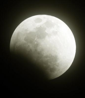 사라지기 시작한 달