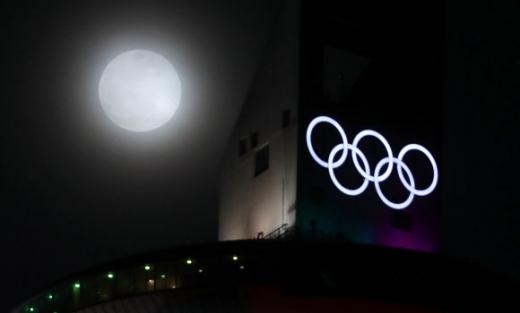 평창동계올림픽 개막을 9일 앞둔 31일 밤 강원 평창 알펜시아리조트 스키점프대 너머로 '슈퍼문'(달이 지구와 가까이 접근해 평소보다 크게 보이는 현상)이 떠오르고 있다.  평창 연합뉴스