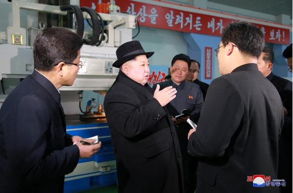 북한 김정은, 평양무궤도전차공장 방문 김정은 북한 노동당 위원장이 리모델링한 평양무궤도전차(트롤리버스)공장을 시찰했다고 조선중앙통신이 1일 보도했다. 연합뉴스