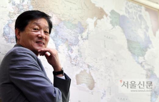 한우성 재외동포재단 이사장은 서울 서초구 외교센터 내 사무실의 세계지도를 보면서 한민족을 하나의 울타리로 만들겠다는 다짐을 한다. 박윤슬 기자 seul@seoul.co.kr