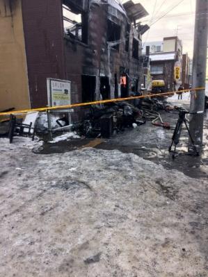 日 빈곤 노인 거주지서 화재… 11명 사망 지난달 31일 오후 11시 40분쯤 일본 홋카이도 삿포로시의 저소득층 고령자 거주시설에서 불이 나 입주민 16명 가운데 11명이 숨지는 참사가 발생했다. 집 없는 고령자들이 월 3만 6000엔(약 35만 3000원)을 내고 살아온 이곳은 지어진 지 50년 된 3층짜리 목조건물로, 스프링클러가 없어 피해가 한층 커졌다. 삿포로 로이터 연합뉴스