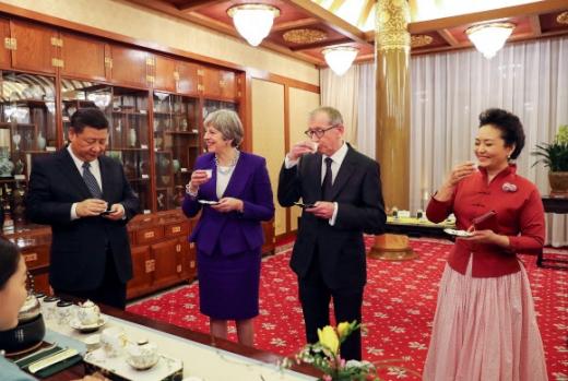 시진핑(왼쪽 첫 번째) 중국 국가주석과 테리사 메이(두 번째) 영국 총리가 1일 양국 정상회담이 열린 중국 베이징 조어대 영빈관에서 차를 마시고 있다. 세 번째와 네 번째는 각각 메이 총리의 남편 필립 메이와 시 주석의 부인 펑리위안. 베이징 EPA 연합뉴스