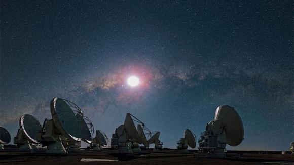 미국 독일 일본 국제공동연구진이 세계 최대 규모의 전파망원경 'ALMA'를 활용해 우리은하 바깥쪽에 있는 왜소은하에서 생명체의 기본단위인 유기분자를 발견했다.  유럽남방천문대(ESO) 제공