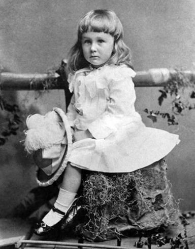 미국 대통령 프랭클린 루스벨트의 어린 시절 사진은 바람직한 남성상, 여성상이 시대에 따라 바뀐다는 사실을 보여 준다. 그가 30개월 때인 1884년에 찍은 이 사진은 '남자아이는 씩씩해야 한다'는 고정관념과는 다소 거리가 있다.  나눔의 집 제공