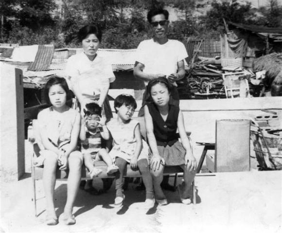 사회학자인 노명우 아주대 사회학과 교수에게 아버지 노병욱씨와 어머니 김완숙씨의 역사를 복원하는 일은 그 당시 보통사람들의 보편적인 삶을 발견하는 일이기도 하다. 1960년대 경기 파주시 광탄면 삼거리 마을에 살던 노 교수(아랫줄 왼쪽 두 번째)의 가족 사진.  사계절출판사 제공