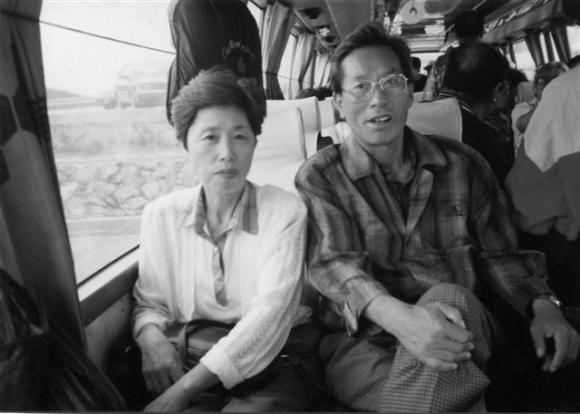 사회학자인 노명우 아주대 사회학과 교수에게 아버지 노병욱씨와 어머니 김완숙씨의 역사를 복원하는 일은 그 당시 보통사람들의 보편적인 삶을 발견하는 일이기도 하다. 1990년대 관광버스 안에 앉아 있는 노 교수의 부모님. 사계절출판사 제공
