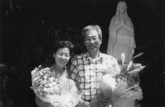 사회학자인 노명우 아주대 사회학과 교수에게 아버지 노병욱씨와 어머니 김완숙씨의 역사를 복원하는 일은 그 당시 보통사람들의 보편적인 삶을 발견하는 일이기도 하다. 1995년쯤 파주 광탄성당에서 노 교수의 아버지가 영세를 받던 날. 사계절출판사 제공