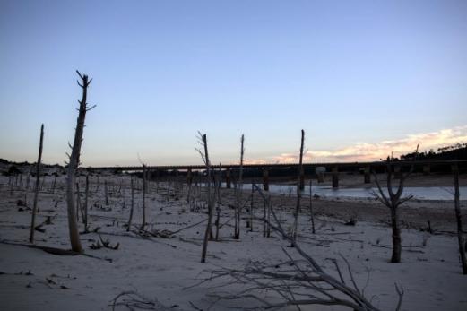 지난 1일 남아프리카공화국 케이프타운의 디워터스클루프 댐이 바닥을 드러내고 있다. 이 댐은 케이프타운 용수의 54%를 공급하는 최대 식수원이지만, 100년 내 최악의 가뭄을 겪으면서 평소의 13% 정도밖에 남지 않은 상태가 됐다. 케이프타운 AP 연합뉴스