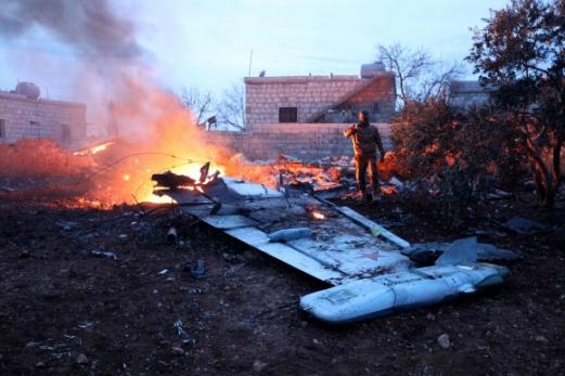 격추당한 러시아 전투기 잔해 시리아 반군 '자바트 알누스라'의 전투원이 3일(현지시간) 시리아 북서부 이들리브주에서 격추한 러시아 공군기 수호이25의 잔해를 살피고 있다. 시리아 반군은 휴대용 미사일로 전투기를 쏘아 떨어뜨렸다. 탈출한 러시아 조종사는 반군과 교전 중 사망했다. 이들리브 AFP 연합뉴스