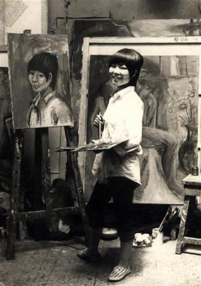 정강자 작가가 1966년 홍익대 회화과 4학년 재학 시절 실습실에서 그림을 그리는 모습.