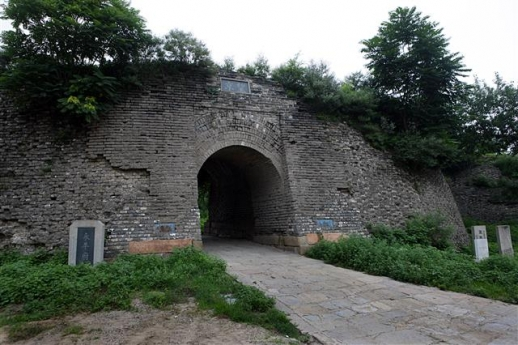 허베이성 루룽현의 옛 영평부 서쪽 성문. 중국 사료들은 지금의 허베이성 루룽현의 옛 영평부에 낙랑군 조선현이 있었다고 거듭 말하고 있다.