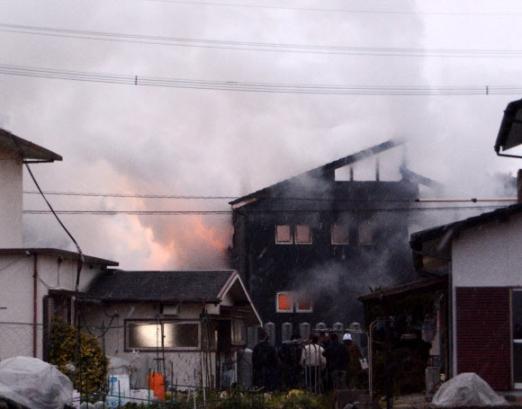 日자위대 헬기 1대 주택가에 추락… 최소 1명 사망  5일 일본 육상자위대의 헬기 1대가 추락한 사가현 간자키시 주택가에 불길과 함께 연기가 솟아오르고 있다. 이날 사고로 최소 1명이 사망했다.  간자키 AP 연합뉴스