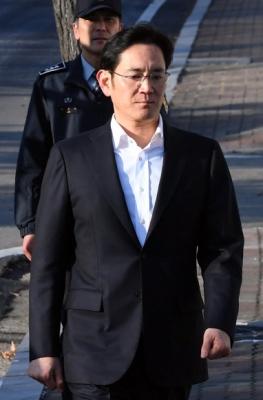 항소심에서 징역 2년 6개월에 집행유예 4년을 선고받은 이재용 삼성전자 부회장이 5일 오후 의왕시 서울구치소를 나서고 있다. 2018. 02. 05 박윤슬 기자 seul@seoul.co.kr