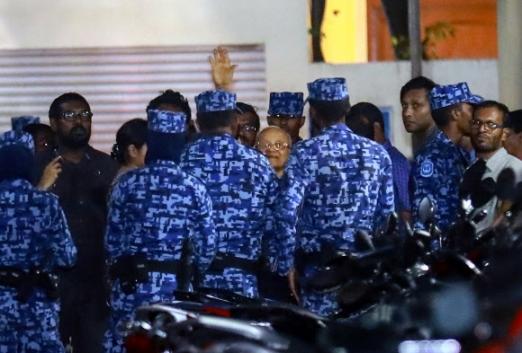 몰디브 경찰들이 5일(현지시간) 수도 말레에서 압둘라 야민 현 대통령의 퇴진을 촉구한 마우문 압둘 가윰(가운데 안경 쓴 사람) 전 대통령을 연행하기 위해 에워싸고 있다. 말레 AP 연합뉴스