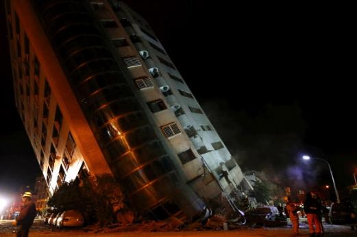 6일(현지시간) 밤 대만 동부 화롄 지역에서 규모 6.4의 강진이 발생해 최소 2명이 숨지고 200명 이상 다쳤다. 구조대원들이 화롄시의 무너진 건물 잔해에서 피해자를 수색하고 있다. EPA 연합뉴스