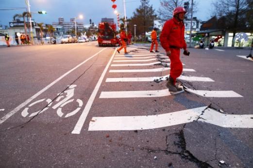 지진으로 금이 간 도로