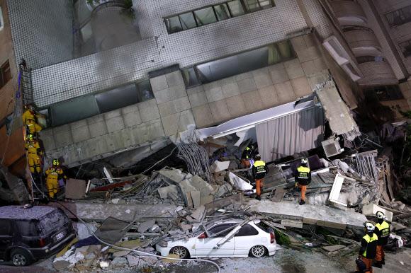 주차차량까지 덮친 무너진 건물