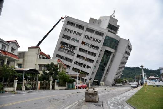 대만 강진…4명 사망 6일 밤 대만 동부 화롄에서 발생한 규모 6.4의 강진으로 7일 현재 4명이 숨지고 225명이 다쳤으며 140명 이상이 실종됐다고 현지 언론은 보도했다. 신화 연합뉴스