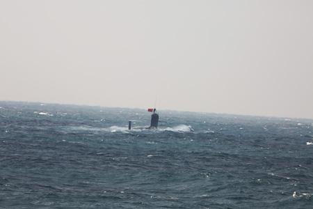 지난달 12일 중국과 일본의 영유권 분쟁지역인 센카쿠열도 인근 해역에서 수면 위로 모습을 드러낸 중국 핵잠수함.    일본 방위성 홈페이지 캡처