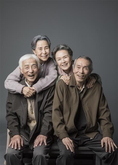 극 중 노부부를 번갈아 연기하는 원로 배우들. 왼쪽부터 오현경, 손숙, 정영숙, 오영수.  국립극단 제공