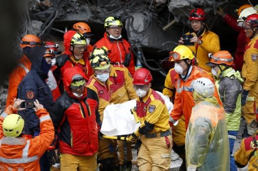 대만 지진 시신 수습하는 구조대원들 대만 동부 화롄 지역에서 6일 밤 발생한 규모 6.0의 지진으로 기울어진 건물에서 구조대원들이 시신 한 구를 수습해 옮기고 있다. EPA 연합뉴스