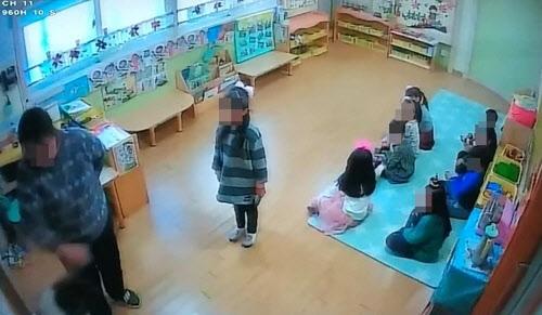 인천시 서구에 있는 한 어린이집 폐쇄회로(CC) TV에 보육교사가 6살 원생을 주먹으로 수차례 때리는 등 학대하고 있는 모습이 포착됐다. 당시 함께 혼나던 어린이는 옆에서 부동자세로 서 있고, 나머지 원생 8명도 공포에 질린 듯 미동도 못한 채 자리에 앉아 있다. 독자 제공