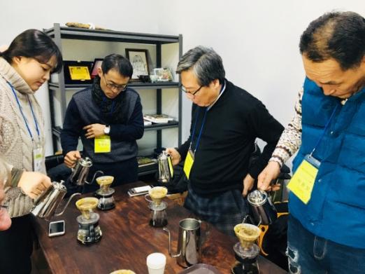 강릉 커피박물관에서 바리스타 체험을 즐기는 관광객들.