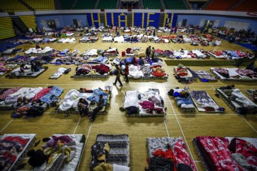 대만 화롄 여진 계속  6일 밤 6.0의 강진이 발생한 대만 동부 화롄 시민들이 임시대피소에서 잠을 청하고 있다. EPA 연합뉴스
