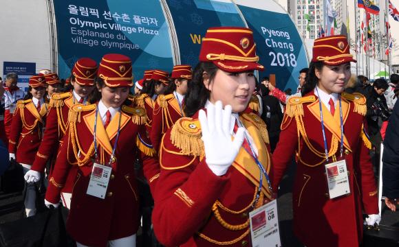 """북한 응원단 """"기대하시라요"""""""