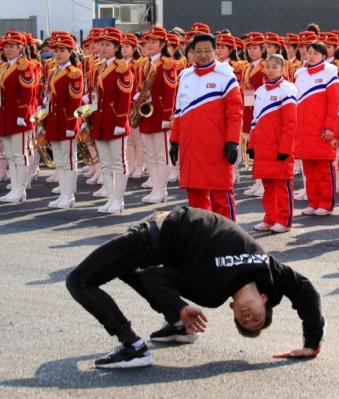[올림픽] 비보잉 공연 바라보는 북한 취주악단-선수단