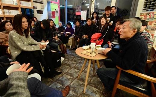 """경기 일산 주민인 황석영(오른쪽) 작가는 든든한 동네책방 지킴이다. 지난 1일에도 일산 '책방 이듬'에서 """"(책방이)망하면 안 된다""""며 독자 강연회를 자청했다.  정연호 기자 tpgod@seoul.co.kr"""