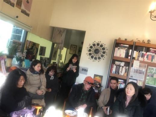 '책방 이듬'의 주말 모임에서 황인숙(왼쪽) 시인을 둘러싸고 시집을 읽는 사람들.  정연호 기자 tpgod@seoul.co.kr
