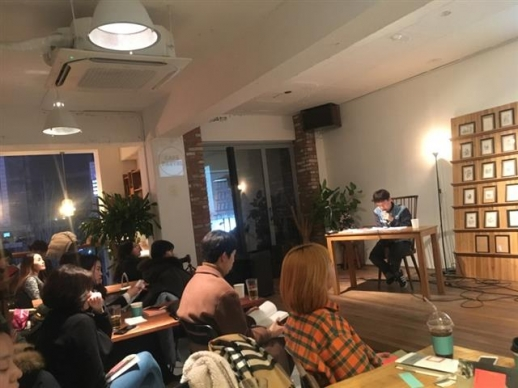 새 시집을 낸 김현 시인이 지난달 31일 신촌의 책방 '위트 앤 시니컬'에서 독자들과 '번개 모임'을 가졌다. 지방에서 급히 올라온 독자도 있었다.  정연호 기자 tpgod@seoul.co.kr