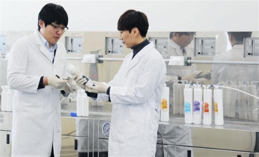 8일 문을 연 LG전자 물과학연구소 연구원들이 수질을 연구하는 모습. LG전자 제공