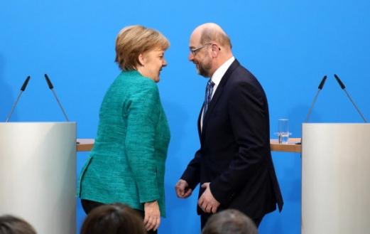 앙겔라 메르켈(왼쪽) 독일 총리와 마르틴 슐츠 독일 사회민주당 대표가 7일(현지시간) 베를린에서 대연정 협상 타결을 공식 발표한 뒤 마주 보고 있다. 메르켈 총리가 이끄는 기독민주·기독사회당 연합과 사민당의 협상 합의안은 177쪽에 이른다. 오는 20일부터 다음달 2일까지 진행되는 사민당 전 당원 투표를 통과하면 연립정부가 출범하게 된다. 기민당이 경제와 국방, 기사당이 내무, 사민당이 외교장관을 맡는다. 슐츠 대표가 대표직을 내려놓고 외무장관에 내정됐다. 베를린 AFP 연합뉴스