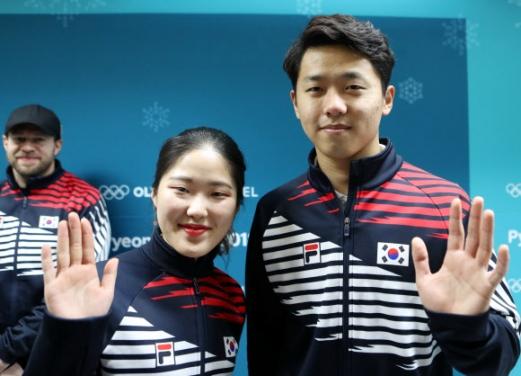 컬링 믹스더블(혼성 2인조)의 장혜지(왼쪽)·이기정(오른쪽). 연합뉴스
