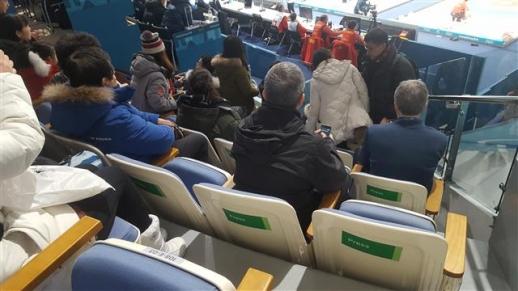 8일 강원 강릉 컬링센터에 기자석을 뜻하는 'PRESS' 스티커가 붙은 좌석들이 놓여 있다. 이날 일반석으로 판매돼 일부 관객이 경기 초반 서서 관람하는 불편을 끼쳤다.