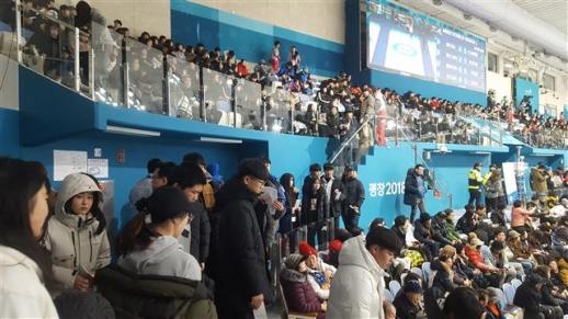 8일 컬링 믹스더블 예선 세션 A가 열린 강릉 컬링센터에서 자리에 앉지 못한 채 통로에 서서 경기를 관람하는 중학생 단체 관객들.