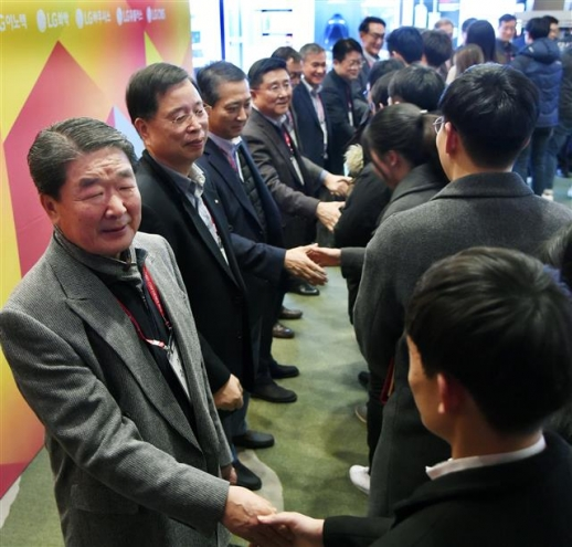 구본준(맨 앞) LG그룹 부회장이 지난 7일 서울 코엑스 인터컨티넨탈 호텔에서 열린 LG 테크노 콘퍼런스에서 참석자들과 악수하고 있다. LG그룹 제공