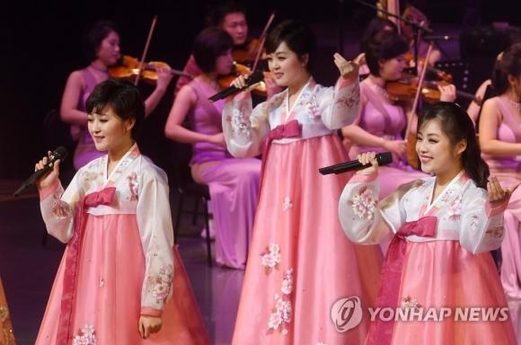 공연하는 북한 삼지연관현악단 연합뉴스