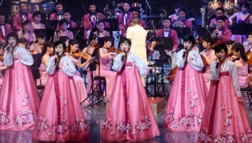 화려한 北예술단 '열정의 무대' 한복을 입은 삼지연관현악단 단원들이 8일 강원 강릉아트센터 사임당홀에서 열린 평창동계올림픽 성공 기원 공연에서 노래하고 있다. 이날 첫 곡으로 '반갑습니다'를 부른 악단은 'J에게', '다 함께 차차차'를 비롯한 한국 노래를 선보였다. 악단은 오는 11일 오후 7시 서울 국립극장 해오름극장에서 두 번째 공연을 펼친다. 북한 예술단 방남 공연은 2002년 8월 서울에서 열린 8·15 민족통일대회의 북한 예술단 공연 이후 16년 만이다.  사진공동취재단