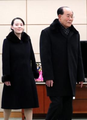 인천공항 접견실 들어서는 김영남, 김여정