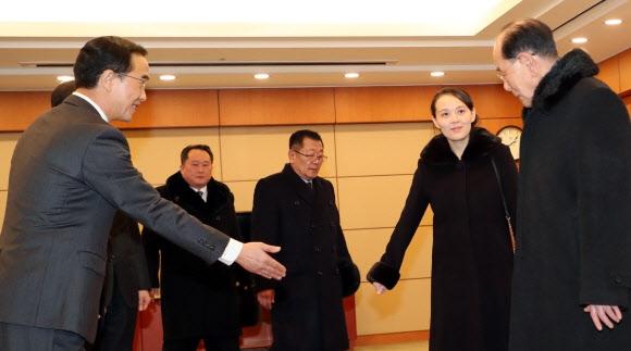 접견실 들어서 착석하는 북한 대표단