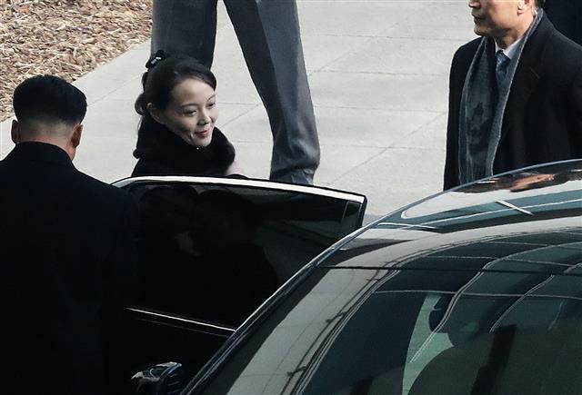 미소짓는 北 김여정