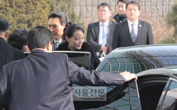 승용차에 오르는 김여정