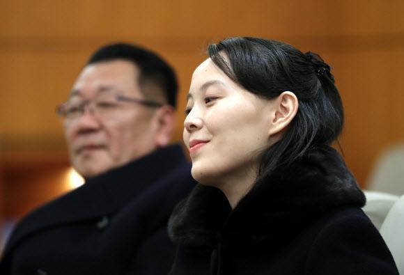 미소 짓는 김여정