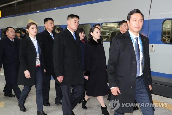 평창행 ktx 탑승을 위해 이동하는 김여정 연합뉴스