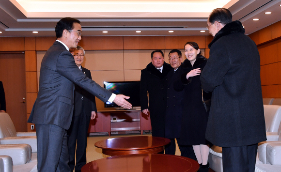 김여정, 장관 맞은 편 자리 권하자...
