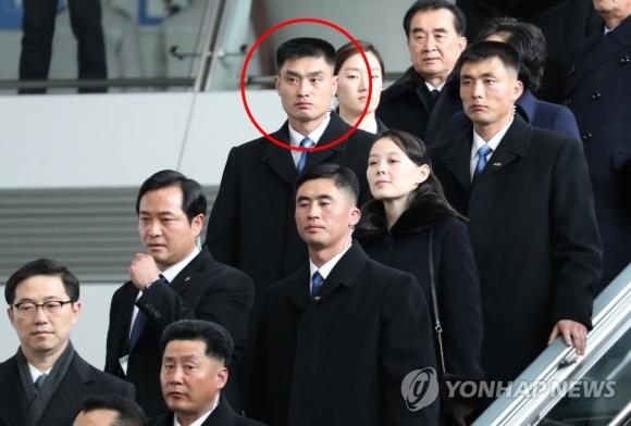 9일 김여정을 밀착 경호하는 북한 경호원(원안에 있는 인물) 연합뉴스